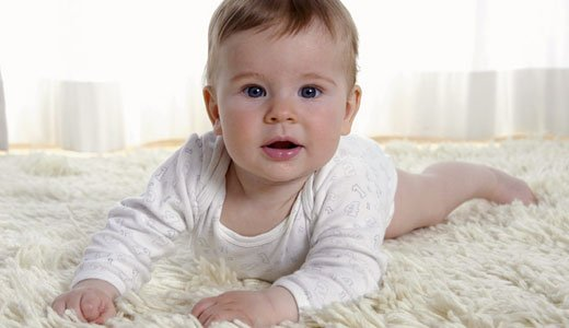 Gegen eine Windeldermatitis hilft es beim Baby hufig die Windeln zu wechseln.