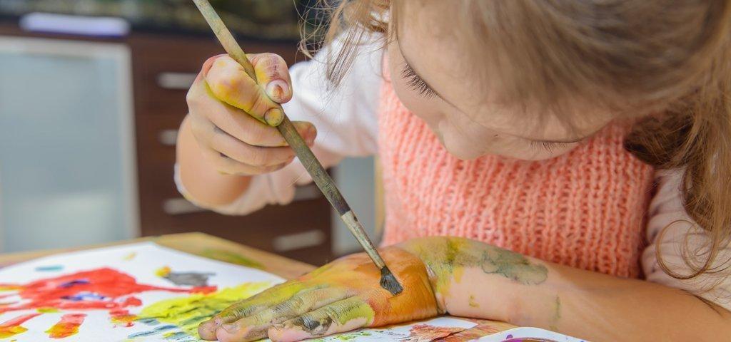 Weihnachtsgeschenke selber machen: Kinder malen Farb-Kunstwerke