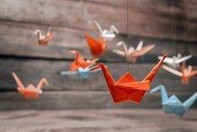 Glück fürs Kinderzimmer: Origami-Mobile falten