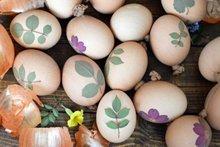 Natürlich Eier färben: Wie Sie tolle Farben und Drucke mit Pflanzen herstellen