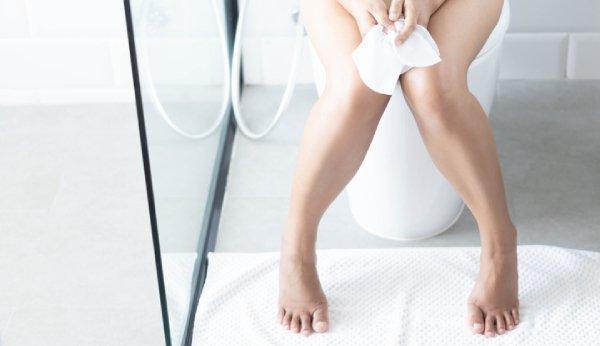 Hämorrhoiden in der Schwangerschaft schmerzen besonders beim Stuhlgang.