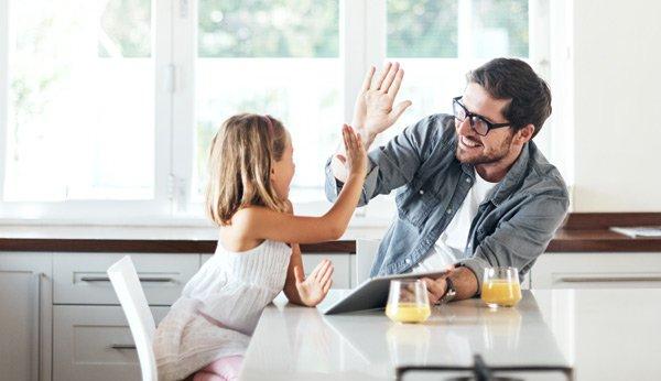 High five: Vater und Tochter geben sich ein High Five