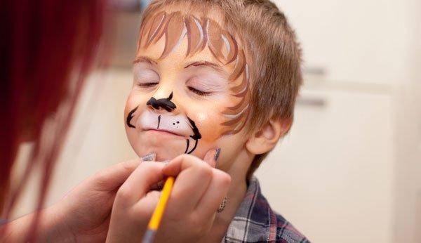 Fasnacht: Ein Junge wird geschminkt.