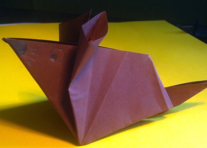 bastelideen mit papier aus einem blatt eine maus falten. Black Bedroom Furniture Sets. Home Design Ideas