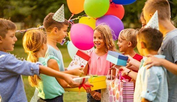 Kinder lieben Konfetti und Spiele an ihrem Geburtstag.