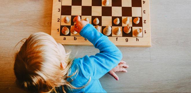 Eine Kind spielt ein Gesellschaftsspiel.