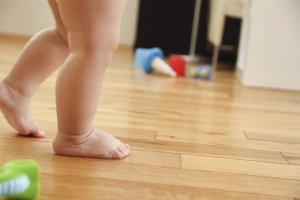 Wie Kinder laufen lernen