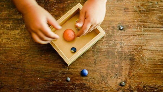 «Hilf mir, es selbst zu tun» Wie der Montessori-Kindergarten die natürliche Kompetenz stärkt
