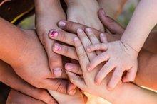 Hand in Hand: Wie Sie Ihrem Kind helfen, sich das Nägelkauen abzugewöhnen