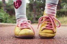 Schuhe binden: Mit diesen Tipps bringen Sie es Ihrem Kind bei