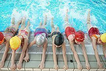 So lernt Ihr Kind richtig schwimmen